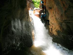 Boca-del-Infierno-Descenso-de-cañones-barranquismo-valle-de-hecho-guías-de-montaña-y-barrancos-Mountain-and-canyon-guides-canyoning-Lurra-adventure-46