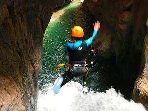 Boca-del-Infierno-Descenso-de-cañones-barranquismo-valle-de-hecho-guías-de-montaña-y-barrancos-Mountain-and-canyon-guides-canyoning-Lurra-adventure-63