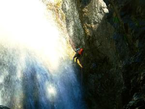 Caldares-Barranquismo-Valle-de-Tena-Valle-de-Ossau-Descenso-de-cañones-barranquismo-valle-de-hecho-guías-de-montaña-y-barrancos-Mountain-and-canyon-guides-canyoning-Lurra-adventure-1