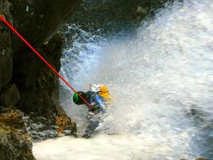 Caldares-Barranquismo-Valle-de-Tena-Valle-de-Ossau-Descenso-de-cañones-barranquismo-valle-de-hecho-guías-de-montaña-y-barrancos-Mountain-and-canyon-guides-canyoning-Lurra-adventure-10