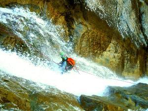 Caldares-Barranquismo-Valle-de-Tena-Valle-de-Ossau-Descenso-de-cañones-barranquismo-valle-de-hecho-guías-de-montaña-y-barrancos-Mountain-and-canyon-guides-canyoning-Lurra-adventure-11