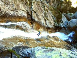 Caldares-Barranquismo-Valle-de-Tena-Valle-de-Ossau-Descenso-de-cañones-barranquismo-valle-de-hecho-guías-de-montaña-y-barrancos-Mountain-and-canyon-guides-canyoning-Lurra-adventure-12