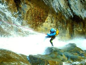 Caldares-Barranquismo-Valle-de-Tena-Valle-de-Ossau-Descenso-de-cañones-barranquismo-valle-de-hecho-guías-de-montaña-y-barrancos-Mountain-and-canyon-guides-canyoning-Lurra-adventure-13