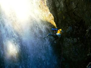 Caldares-Barranquismo-Valle-de-Tena-Valle-de-Ossau-Descenso-de-cañones-barranquismo-valle-de-hecho-guías-de-montaña-y-barrancos-Mountain-and-canyon-guides-canyoning-Lurra-adventure-2