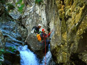 Caldares-Barranquismo-Valle-de-Tena-Valle-de-Ossau-Descenso-de-cañones-barranquismo-valle-de-hecho-guías-de-montaña-y-barrancos-Mountain-and-canyon-guides-canyoning-Lurra-adventure-3