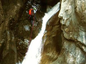 Caldares-Barranquismo-Valle-de-Tena-Valle-de-Ossau-Descenso-de-cañones-barranquismo-valle-de-hecho-guías-de-montaña-y-barrancos-Mountain-and-canyon-guides-canyoning-Lurra-adventure-4