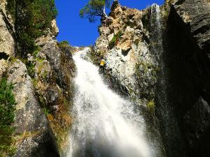 Caldares-Barranquismo-Valle-de-Tena-Valle-de-Ossau-Descenso-de-cañones-barranquismo-valle-de-hecho-guías-de-montaña-y-barrancos-Mountain-and-canyon-guides-canyoning-Lurra-adventure-6