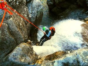 Caldares-Barranquismo-Valle-de-Tena-Valle-de-Ossau-Descenso-de-cañones-barranquismo-valle-de-hecho-guías-de-montaña-y-barrancos-Mountain-and-canyon-guides-canyoning-Lurra-adventure-9