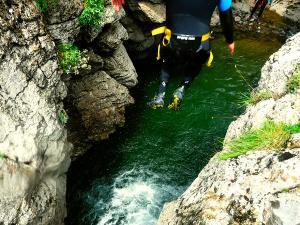 Cap-de-Pount-Barranquismo-Valle-de-Tena-Valle-de-Ossau-Descenso-de-cañones-barranquismo-valle-de-hecho-guías-de-montaña-y-barrancos-Mountain-and-canyon-guides-canyoning-Lurra-adventure-14