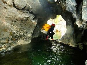 Cap-de-Pount-Barranquismo-Valle-de-Tena-Valle-de-Ossau-Descenso-de-cañones-barranquismo-valle-de-hecho-guías-de-montaña-y-barrancos-Mountain-and-canyon-guides-canyoning-Lurra-adventure-25