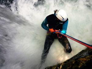 Cap-de-Pount-Barranquismo-Valle-de-Tena-Valle-de-Ossau-Descenso-de-cañones-barranquismo-valle-de-hecho-guías-de-montaña-y-barrancos-Mountain-and-canyon-guides-canyoning-Lurra-adventure-3