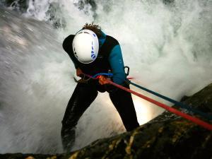 Cap-de-Pount-Barranquismo-Valle-de-Tena-Valle-de-Ossau-Descenso-de-cañones-barranquismo-valle-de-hecho-guías-de-montaña-y-barrancos-Mountain-and-canyon-guides-canyoning-Lurra-adventure-4