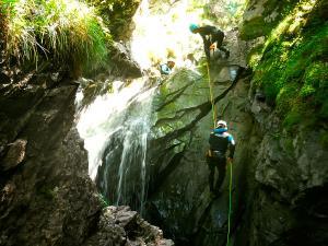 Cap-de-Pount-Barranquismo-Valle-de-Tena-Valle-de-Ossau-Descenso-de-cañones-barranquismo-valle-de-hecho-guías-de-montaña-y-barrancos-Mountain-and-canyon-guides-canyoning-Lurra-adventure-7