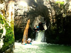 Cap-de-Pount-Barranquismo-Valle-de-Tena-Valle-de-Ossau-Descenso-de-cañones-barranquismo-valle-de-hecho-guías-de-montaña-y-barrancos-Mountain-and-canyon-guides-canyoning-Lurra-adventure-9