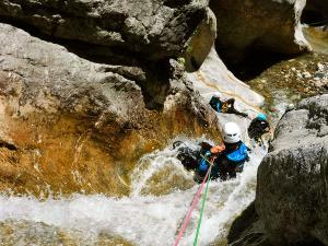 Estribiella-Descenso-de-cañones-barranquismo-valle-de-hecho-guías-de-montaña-y-barrancos-Mountain-and-canyon-guides-canyoning-Lurra-adventure-11