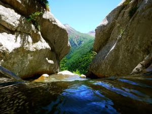 Estribiella-Descenso-de-cañones-barranquismo-valle-de-hecho-guías-de-montaña-y-barrancos-Mountain-and-canyon-guides-canyoning-Lurra-adventure-13