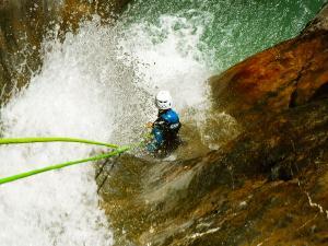 Estribiella-Descenso-de-cañones-barranquismo-valle-de-hecho-guías-de-montaña-y-barrancos-Mountain-and-canyon-guides-canyoning-Lurra-adventure-2