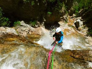 Estribiella-Descenso-de-cañones-barranquismo-valle-de-hecho-guías-de-montaña-y-barrancos-Mountain-and-canyon-guides-canyoning-Lurra-adventure-21jpg