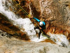 Estribiella-Descenso-de-cañones-barranquismo-valle-de-hecho-guías-de-montaña-y-barrancos-Mountain-and-canyon-guides-canyoning-Lurra-adventure-23