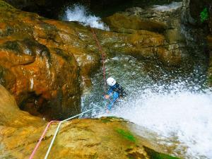Estribiella-Descenso-de-cañones-barranquismo-valle-de-hecho-guías-de-montaña-y-barrancos-Mountain-and-canyon-guides-canyoning-Lurra-adventure-30