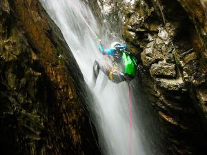 Estribiella-Descenso-de-cañones-barranquismo-valle-de-hecho-guías-de-montaña-y-barrancos-Mountain-and-canyon-guides-canyoning-Lurra-adventure-36