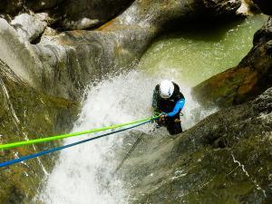 Estribiella-Descenso-de-cañones-barranquismo-valle-de-hecho-guías-de-montaña-y-barrancos-Mountain-and-canyon-guides-canyoning-Lurra-adventure-38