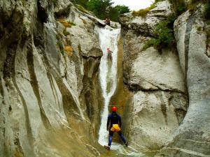 Estribiella-Descenso-de-cañones-barranquismo-valle-de-hecho-guías-de-montaña-y-barrancos-Mountain-and-canyon-guides-canyoning-Lurra-adventure-47