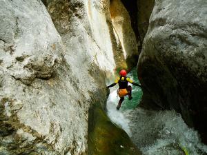 Estribiella-Descenso-de-cañones-barranquismo-valle-de-hecho-guías-de-montaña-y-barrancos-Mountain-and-canyon-guides-canyoning-Lurra-adventure-49