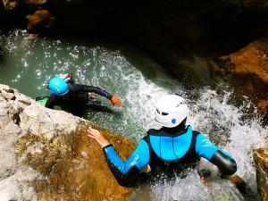 Estribiella-Descenso-de-cañones-barranquismo-valle-de-hecho-guías-de-montaña-y-barrancos-Mountain-and-canyon-guides-canyoning-Lurra-adventure-9