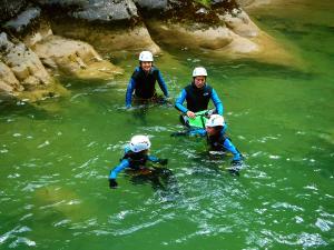 Foz-de-Fago-Descenso-de-cañones-barranquismo-valle-de-hecho-guías-de-montaña-y-barrancos-Mountain-and-canyon-guides-canyoning-Lurra-adventure-12