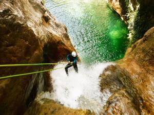 Foz-de-Fago-Descenso-de-cañones-barranquismo-valle-de-hecho-guías-de-montaña-y-barrancos-Mountain-and-canyon-guides-canyoning-Lurra-adventure-26