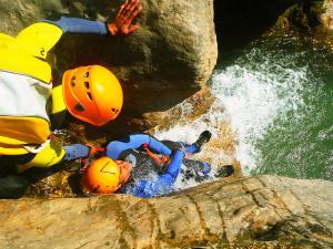 Descenso-barranco-Formiga-Barranquismo-Sierra-de-Guara-Guías-de-Barrancos-Canyoning-Canyon-Guides-Mendi-eta-arroila-gidariak-Arroila-jeitsiera-2