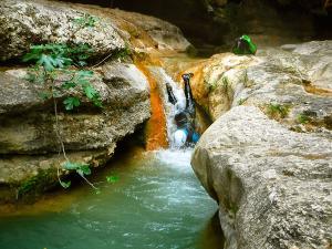Descenso-barranco-Formiga-Barranquismo-Sierra-de-Guara-Guías-de-Barrancos-Canyoning-Canyon-Guides-Mendi-eta-arroila-gidariak-Arroila-jeitsiera-20