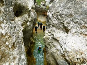 Descenso-barranco-Formiga-Barranquismo-Sierra-de-Guara-Guías-de-Barrancos-Canyoning-Canyon-Guides-Mendi-eta-arroila-gidariak-Arroila-jeitsiera-28