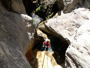 Descenso-barranco-Fornocal-Barranquismo-Sierra-de-Guara-Guías-de-Barrancos-Canyoning-Canyon-Guides-Mendi-eta-arroila-gidariak-Arroila-jeitsiera-2