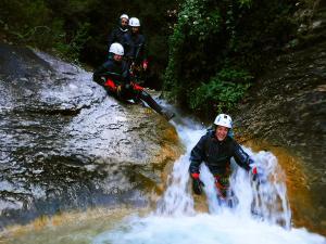 Descenso-barranco-Fornocal-Barranquismo-Sierra-de-Guara-Guías-de-Barrancos-Canyoning-Canyon-Guides-Mendi-eta-arroila-gidariak-Arroila-jeitsiera-20