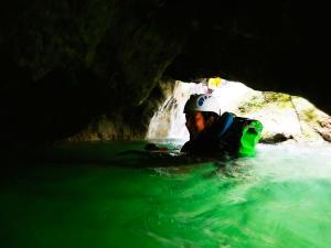 Descenso-barranco-Fornocal-Barranquismo-Sierra-de-Guara-Guías-de-Barrancos-Canyoning-Canyon-Guides-Mendi-eta-arroila-gidariak-Arroila-jeitsiera-24