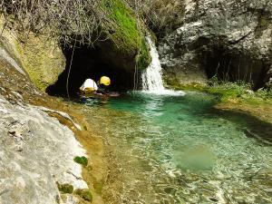 Descenso-barranco-Fornocal-Barranquismo-Sierra-de-Guara-Guías-de-Barrancos-Canyoning-Canyon-Guides-Mendi-eta-arroila-gidariak-Arroila-jeitsiera-3