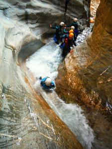 Gorgol-Barranquismo-Valle-de-Tena-Valle-de-Ossau-Descenso-de-cañones-barranquismo-valle-de-hecho-guías-de-montaña-y-barrancos-Mountain-and-canyon-guides-canyoning-Lurra-adventure-14