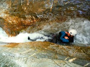 Gorgol-Barranquismo-Valle-de-Tena-Valle-de-Ossau-Descenso-de-cañones-barranquismo-valle-de-hecho-guías-de-montaña-y-barrancos-Mountain-and-canyon-guides-canyoning-Lurra-adventure-15
