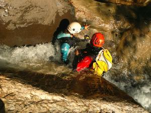 Gorgol-Barranquismo-Valle-de-Tena-Valle-de-Ossau-Descenso-de-cañones-barranquismo-valle-de-hecho-guías-de-montaña-y-barrancos-Mountain-and-canyon-guides-canyoning-Lurra-adventure-4