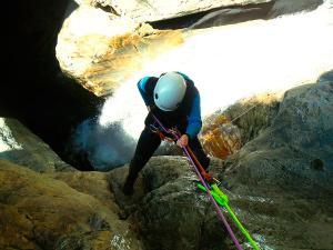 Gorgol-Barranquismo-Valle-de-Tena-Valle-de-Ossau-Descenso-de-cañones-barranquismo-valle-de-hecho-guías-de-montaña-y-barrancos-Mountain-and-canyon-guides-canyoning-Lurra-adventure-6