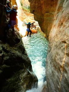 Gorgol-Barranquismo-Valle-de-Tena-Valle-de-Ossau-Descenso-de-cañones-barranquismo-valle-de-hecho-guías-de-montaña-y-barrancos-Mountain-and-canyon-guides-canyoning-Lurra-adventure-8