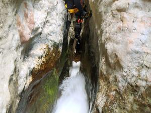 Descenso-barranco-Formiga-y-Gorgonchon-Barranquismo-Sierra-de-Guara-Guías-de-Barrancos-Canyoning-Canyon-Guides-Mendi-eta-arroila-gidariak-Arroila-jeitsiera-11