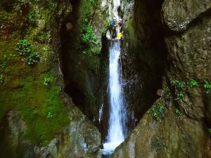 Barranquismo-Descenso-de-cañones-iniciación-canyoning-Descenso-de-la-Leze-Euskadi-Pais-Vasco-Basque-Contry-Cueva-de-la-leze-descenso-de-la-leze-43