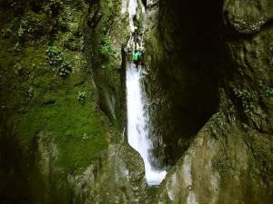 Barranquismo-Descenso-de-cañones-iniciación-canyoning-Descenso-de-la-Leze-Euskadi-Pais-Vasco-Basque-Contry-Cueva-de-la-leze-descenso-de-la-leze-44
