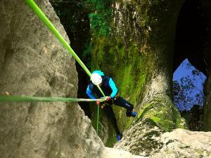 Barranquismo-Descenso-de-cañones-iniciación-canyoning-Barranco-Lizebar-Pais-Vasco-Euskadi-4