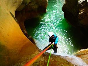 Descenso-barranco-Mascun-Superior-Barranquismo-Sierra-de-Guara-Guías-de-Barrancos-Canyoning-Canyon-Guides-Mendi-eta-arroila-gidariak-Arroila-jeitsiera-10