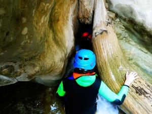 Descenso-barranco-Osuros-de-Balces-Barranquismo-Sierra-de-Guara-Guías-de-Barrancos-Canyoning-Canyon-Guides-Mendi-eta-arroila-gidariak-Arroila-jeitsiera-11