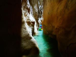 Descenso-barranco-Osuros-de-Balces-Barranquismo-Sierra-de-Guara-Guías-de-Barrancos-Canyoning-Canyon-Guides-Mendi-eta-arroila-gidariak-Arroila-jeitsiera-19
